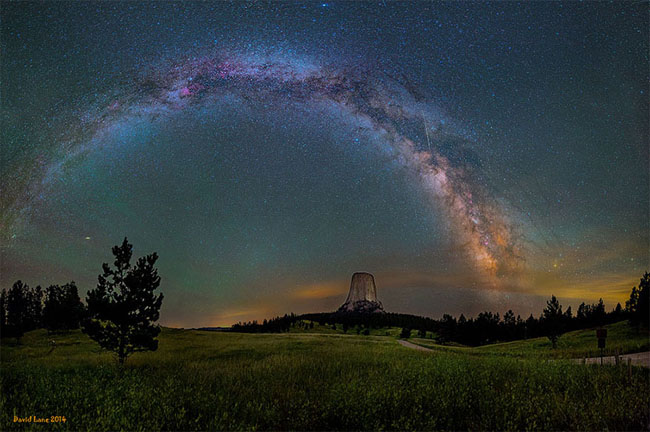 75个这个世界上最迷人的夜晚星空图效果欣赏Milky Way Galaxy Hanging Cver The Devil's Tower In Wyoming (western Usa)